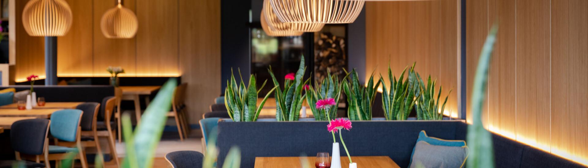 Ansicht der mit Blumen dekorierten Tische im Restaurant bei Villach