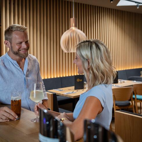 Ein Paar genießt einen Drink an der Bar der Eventlocation bei Villach