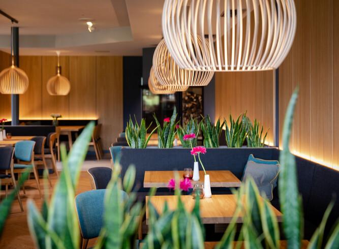 Innenansicht der dekorierten Tische beim Frühstücken und Brunchen in Villach Umgebung
