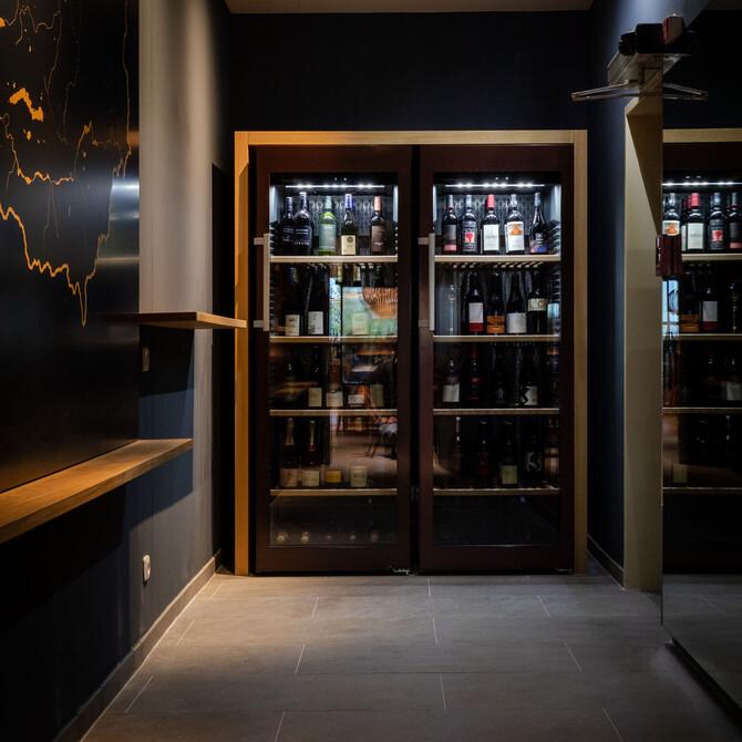 Der moderne Weinkühlschrank in der Eventlocation bei Villach
