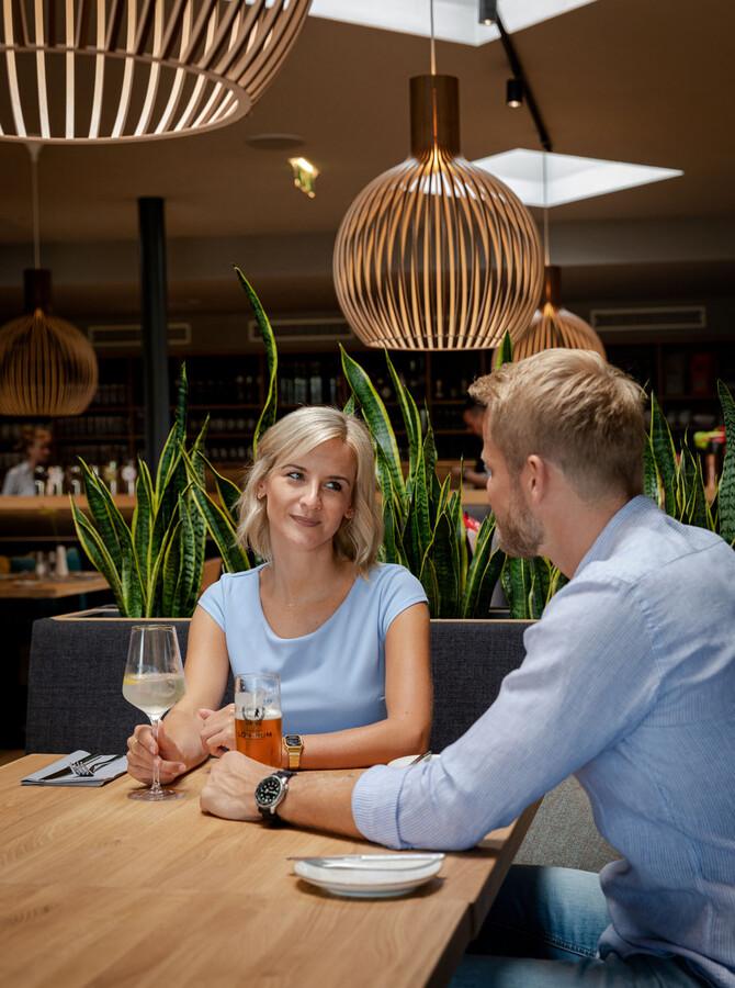 Ein Paar beim Abendessen im Wirtshaus zum TREFFNER