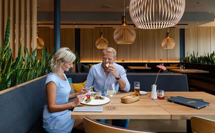 Ein Paar genießt das Essen im Gasthaus in Villach Umgebung