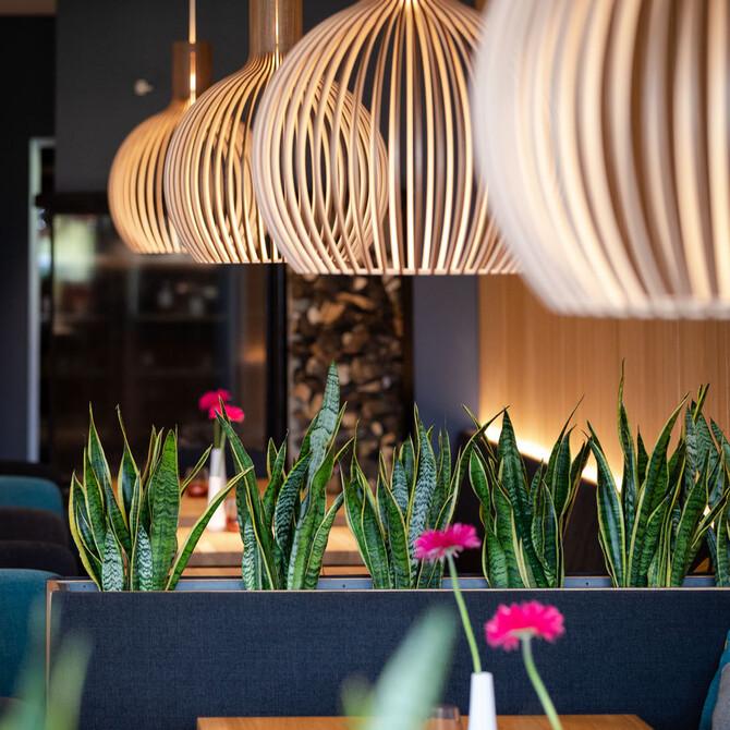 Überblick über die dekorierten Tische in der Eventlocation bei Villach