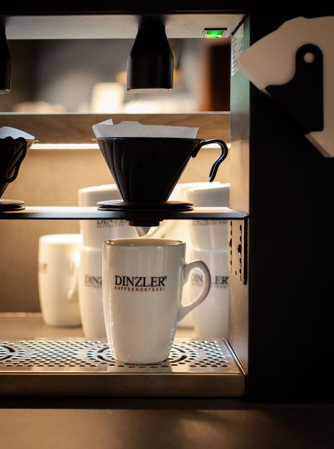 Zubereitung des regionalen Kaffees von der Speisekarte im Wirtshaus zum TREFFNER