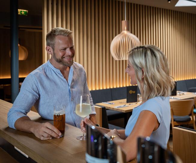 Ein Paar genießt einen Drink an der Bar in der Eventlocation bei Villach