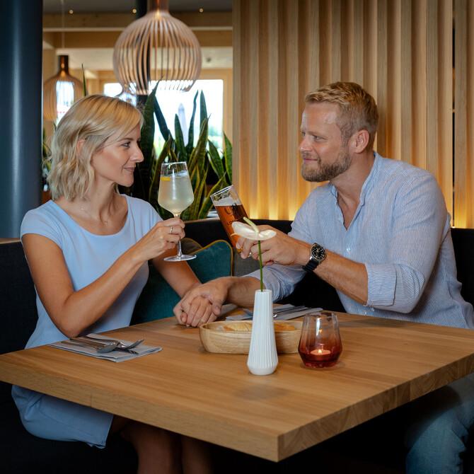 Ein Paar stoßt in der Eventlocation bei Villach gemeinsam an
