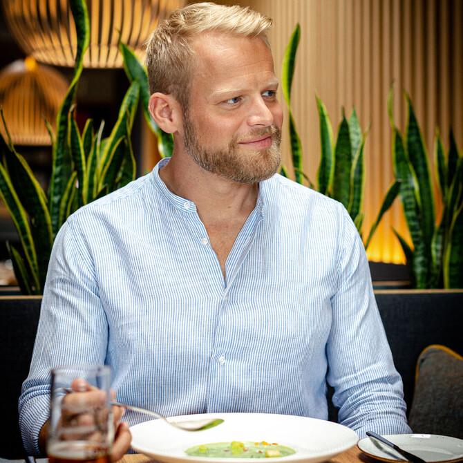 Ein Gast genießt die Suppe im Gasthaus in Villach Umgebung