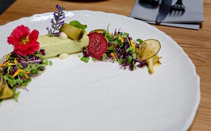 Ein liebevoll dekorierter Teller im Gasthaus in Villach Umgebung